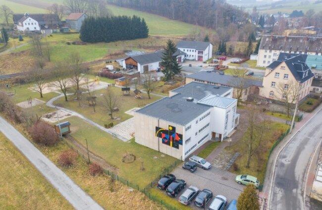 Der Hort Burkhardtsdorf aus der Luft. Er soll an ein neues Nahwärmenetz angeschlossen werden.