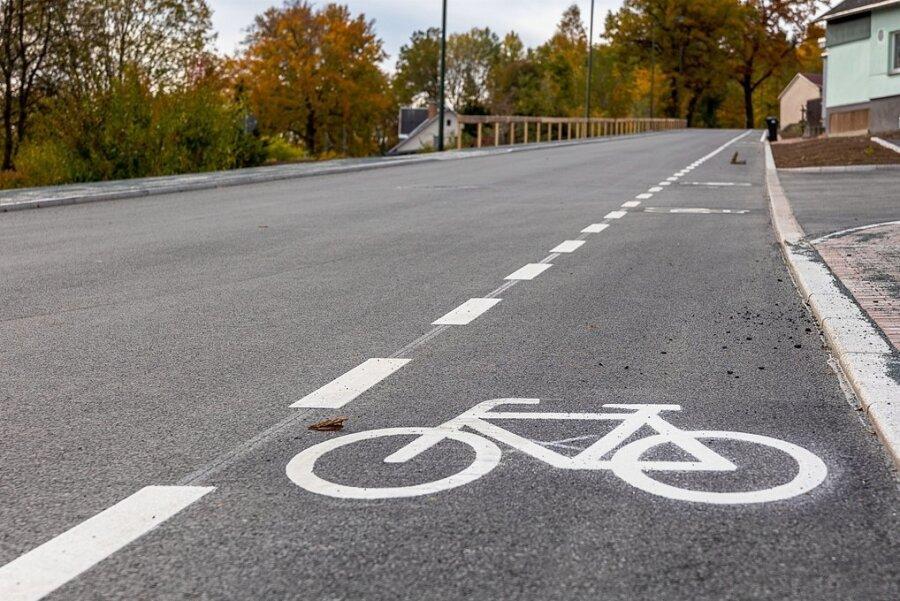 Wo sinnvoll und möglich, setzt Auerbach auf Schutzstreifen für Radfahrer. Wie im Bild auf der grundhaft ausgebauten Falkensteiner Straße, so so ein Schutzstreifen markiert ist.