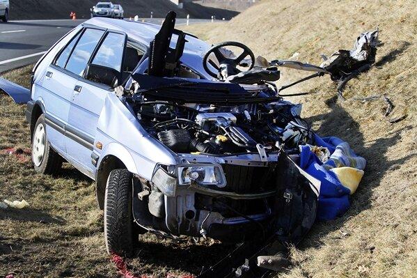 Bei einem Unfall auf der B 101 in Siebenlehn ist am Samstag eine 79-Jährige ums Leben gekommen.
