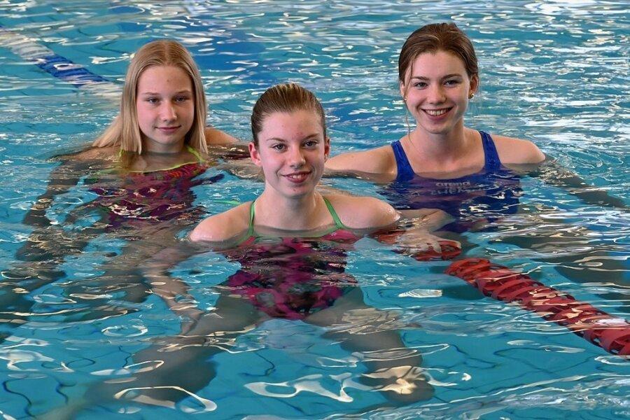 Drei gebürtige Chemnitzerinnen sind in die nationale Spitze geschwommen: Lise Seidel (links) und Lara Seifert (rechts) vertreten Deutschland bei den Jugend-Europameisterschaften in Rom. Yara Fay Riefstahl (Mitte) hat einen alten Jugendrekord von Franziska van Almsick geknackt.