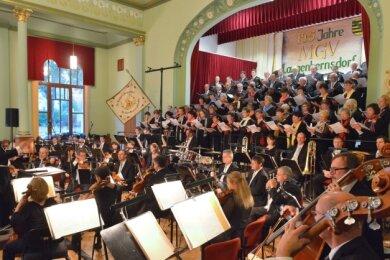 Der Gesangsverein Langenbernsdorf hat schon einige Male mit der Vogtland Philharmonie zusammengearbeitet.