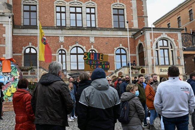 Vor dem Rathaus in Stollberg haben sich am Sonntagnachmittag 180 Menschen versammelt.
