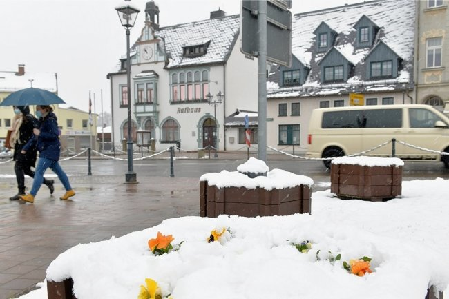 Wintereinbruch in Mittelsachsen: Der Marktplatz in Brand-Erbisdorf ist wieder weiß.