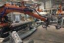 Warten auf ihren Einsatz für den Bau des Elektroautos: Roboter für die neue Fertigungslinie im Zwickauer Fahrzeugwerk von Volkswagen Sachsen. Insgesamt wird es 1700 Fertigungsroboter geben.