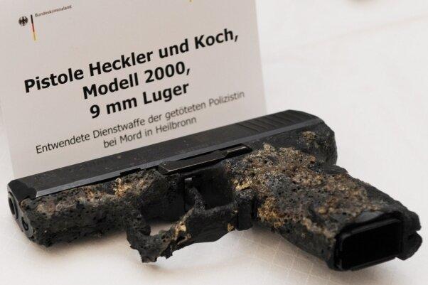 Menetekel des Rechtsstaats: Die im ausgebrannten Wohnmobil bei den Leichen Uwe Mundlos' und Uwe Böhnhardts gefundene Dienstwaffe der am 25. April 2007 ermordeten Polizistin Michèle Kiesewetter.