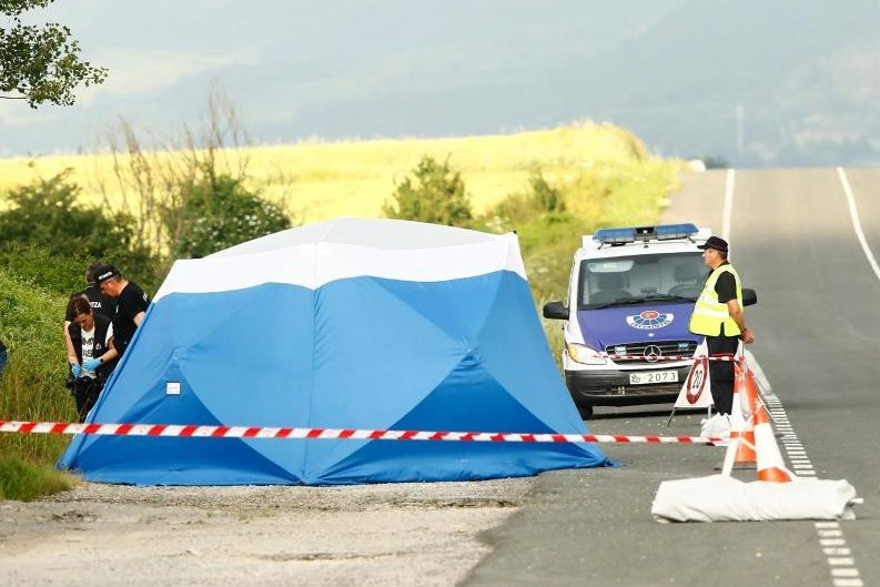Nahe der Autobahn bei Asparrena im Norden Spaniens sichern Polizisten am Fundort der Frauenleiche Spuren.
