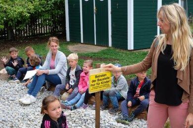 """Der Christliche Kindergarten Kastanie in Oelsnitz realisiert das Gartenprojekt """"Gemeinsam Draußen - Viel bewegen!"""" unterstützt. Jetzt gab es dafür eine Spende vom Deutschen Kinderhilfswerk. Neues Highlight ist ein Spielbauplatz, bei dem laut Kita-Leiterin Sophie Loose (rechts) die Eltern kräftig mit Hand angelegt haben."""