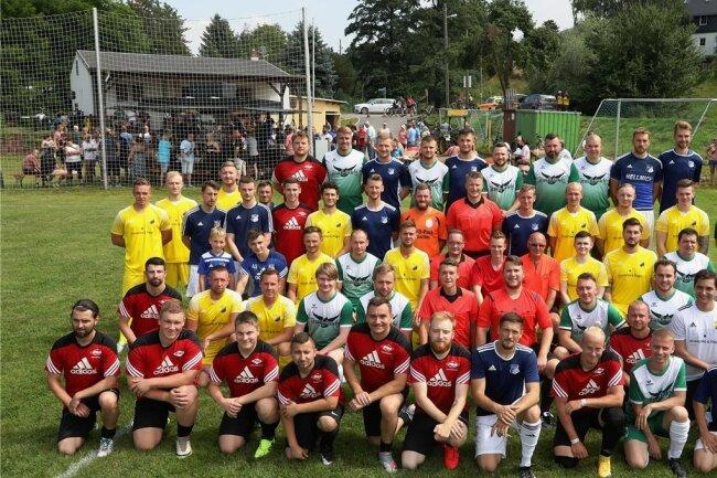 Vier Vereine waren am Samstag beim Benefizturnier am Ball: Der VfB Empor Glauchau (blaue Trikots) setzte sich vor Lok Glauchau/Niederlungwitz (gelb), Fortschritt Glauchau (rot) und TSV Wernsdorf (weiß-grün) durch. Foto: Andreas Kretschel