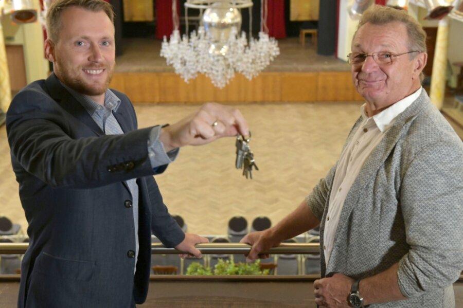 Im Freiberger Tivoli übernimmt Martin Höher (l.) von Roland Säurich die Schlüssel für das Haus. Der 36-jährige gebürtige Meißner wird hier neuer Chef.