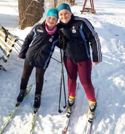 Sie genießen die super Schneebedingungen: Hannah (r.) und Paula Otto vom SV Großwaltersdorf.