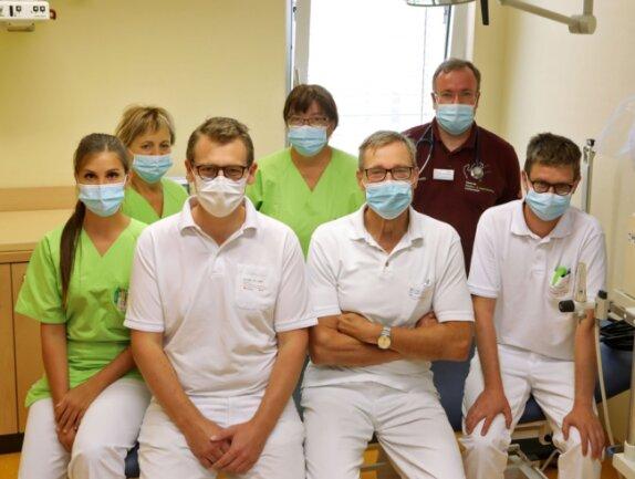 """Chefarzt Harry Sirb (Mitte) und das Team der Kinder- und Jugendklinik des DRK-Krankenhauses Lichtenstein hatten 2020 zum siebten Mal in Folge das Gütesiegel """"Ausgezeichnet. Für Kinder"""" gewonnen."""