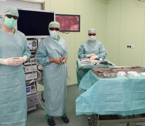 Ein Team aus der Pleißentalklinik kurz vor dem Beginn einer Operation, bei welcher der 3D-Laparoskopie-Turm zum Einsatz kommt.