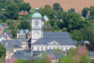 Die Turmlaterne der St. Johanniskirche in Lößnitz beherbergt ein Bronzeglockenspiel.