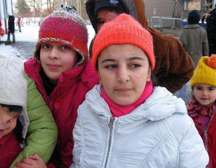 """<p class=""""artikelinhalt"""">Marisa aus Afghanistan (Mitte vorn, mit leuchtend roter Mütze) erholt sich im Friedensdorf noch einige Wochen von den Operationen in Stollberg.</p>"""