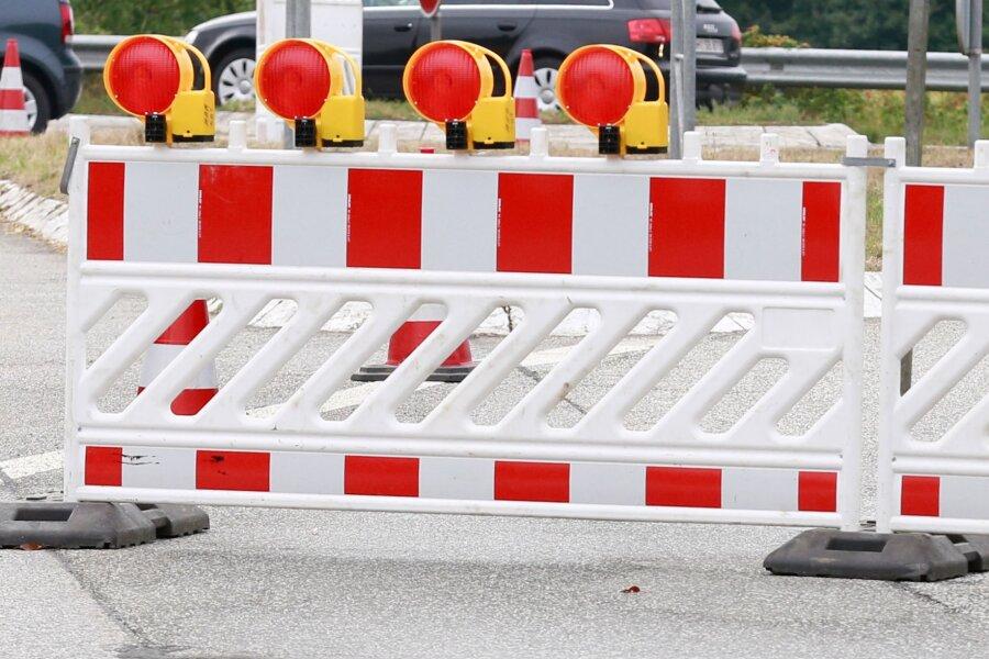 Ein Straßeneinbruch macht eine Sperrung in Waldheim notwendig.