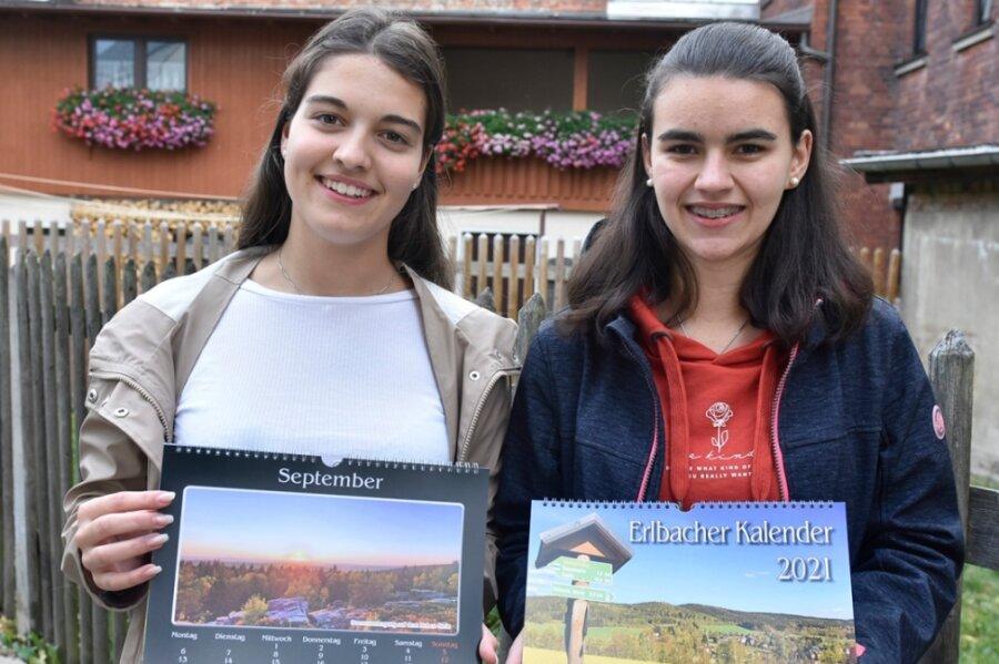Lina Obenaus (links) und Lisa Ilgmann haben den Erlbacher Kalender erstellt.