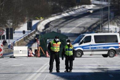 Bundespolizei kontrolliert an der tschechisch-deutschen Grenze Einreisende.