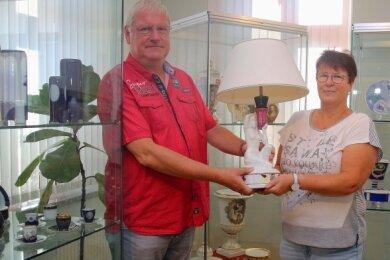 """Frank Schlegel und seine Frau Andrea haben unter anderem diese Lampe aus der Fraureuther Porzellanfabrik namens """"Knieende Ägypterin"""" der Ausstellung im Herrenhaus geschenkt."""