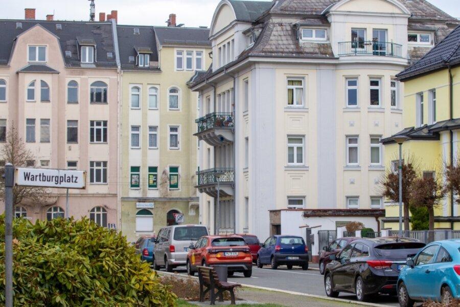 Blick vom attraktiven Wartburgplatz zur Pausaer Straße, die an sich auch jede Menge repräsentative Stadthäuser aufweist. Die Fassade des grünen Gebäudes (hinten in der Mitte), in dem Der Dritte Weg sitzt, ist nach mehreren Farbanschlägen fleckig. Die links und rechts angrenzenden Gebäude stehen teils leer.