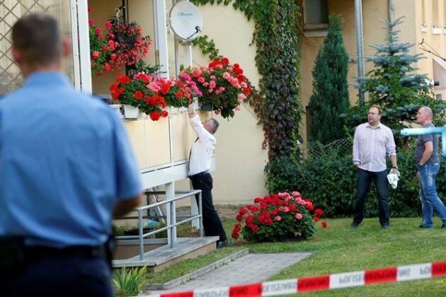 rmittler untersuchten am 29. September 2011 den abgesperrten Tatort im Chemnitzer Stadtteil Bernsdorf.