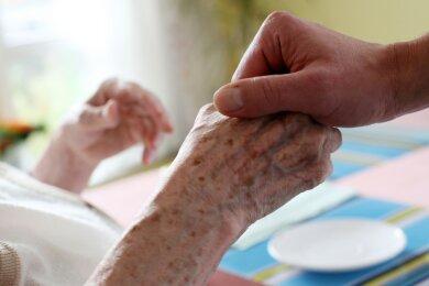 Die Nähe zu älteren Menschen in Pflegeheimen aufrechtzuerhalten ist in der Coronapandemie manchmal nicht möglich. Dass sie für die Betroffenen jedoch besonders wichtig ist, diese Erfahrung macht ein Sohn, der seine Mutter derzeit nicht besuchen darf.