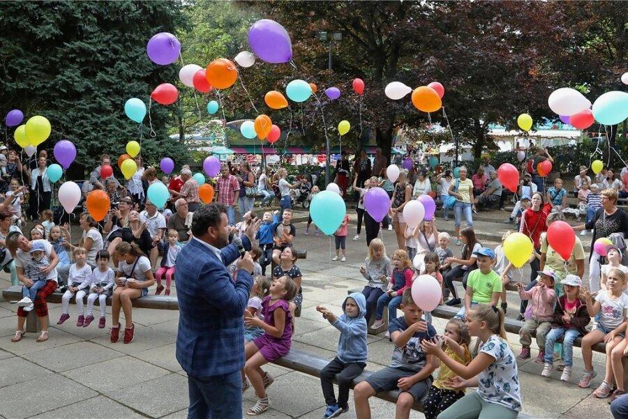 48. Bergfest in Hohenstein-Ernstthal: Kinderschar gibt mit bunten Luftballons den Startschuss
