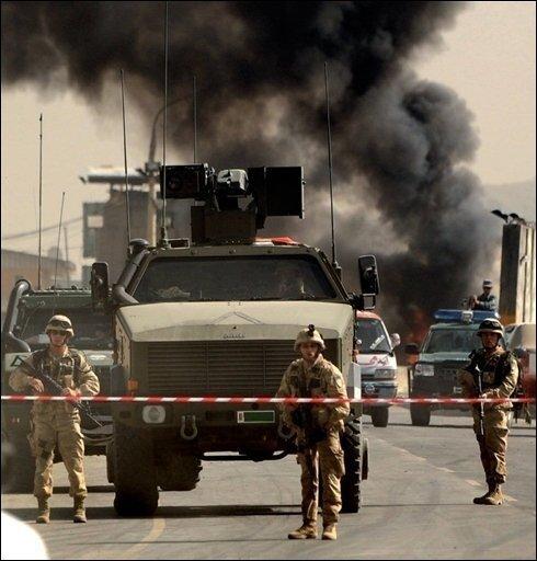Bei einem Selbstmordanschlag vor einem NATO-Stützpunkt in der afghanischen Hauptstadt Kabul sind drei Zivilisten getötet worden. Taliban bekannten sich zu dem Anschlag, der die in Kabul wachsende Bedrohung durch Aufständische verdeutlichte.