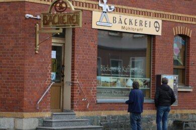 Günstig gelegen an der Bundesstraße 282 haben in der Mühltroffer Bäckerei auch Durchreisende Halt gemacht. Noch immer stehen Menschen vor der Türe, um einzukaufen oder einen Kaffee zu holen, obwohl bereits seit 1. April geschlossen ist. Noch bestehen Hoffnungen, dass ein anderer Bäcker das Geschäft übernimmt.