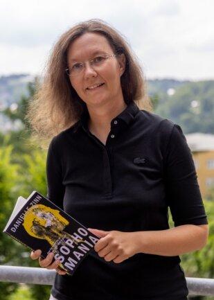 """""""Sophomania"""" ist der zweite Kriminalroman von Danielle Zinn. Sie verfasst ihre Bücher auf Englisch. Auch Band zwei aus der Nathaniel-Thomas-Reihe soll wie ihr Debüt-Krimi später auf Deutsch erscheinen."""