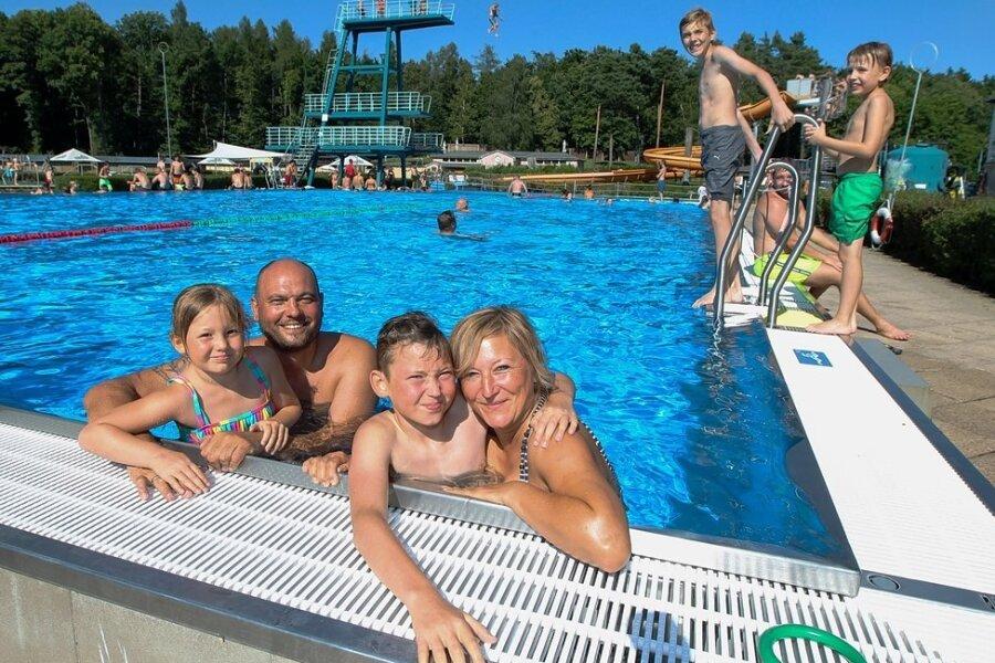 Familie Gierschner mit Mutter Daniela, Vater Markus, Sohn Tilmann und Tochter Marie konnten einen der sommerlichen Tage der diesjährigen Badesaison im Freibad Haselbrunn genießen.