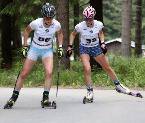 Auch Jessica Löschke (links) und Linda Schumacher legten sich bei der Sommerleistungskontrolle am Fichtelberg noch einmal mächtig ins Zeug.
