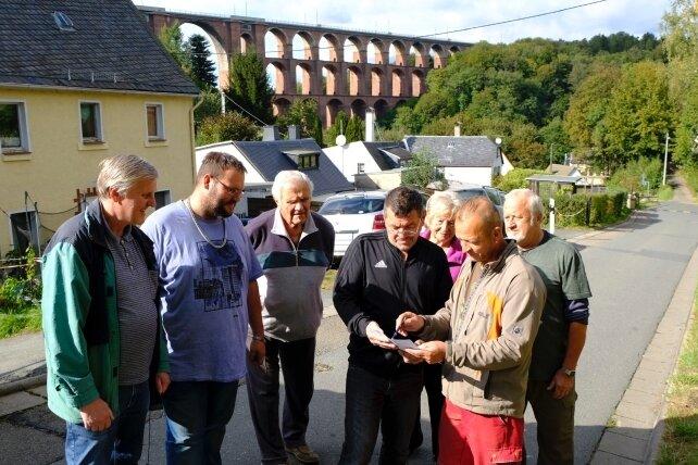 """Mit einer Unterschriftenliste machen die Anwohner Druck. Tino Fröhlich (vorn rechts): """"Die Diskussion muss weitergeführt werden."""""""