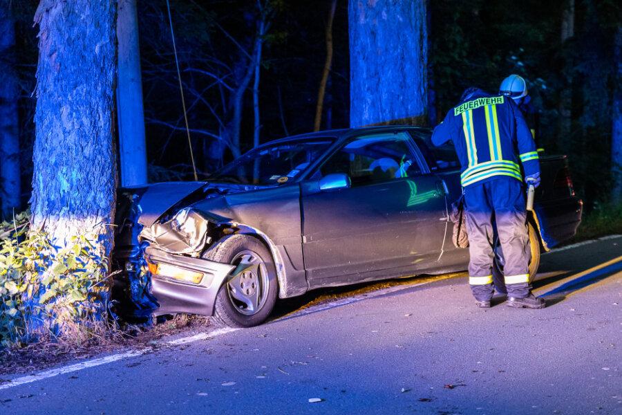 """Auf der """"Alten Treuener Straße"""" krachte der Ford Probe frontal in einen Baum."""