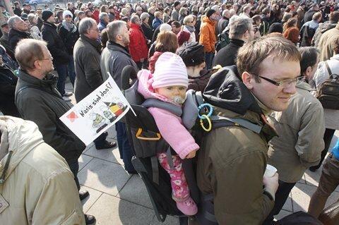 Am Vormittag nahmen rund 300 Menschen an einer Kundgebung auf dem Theaterplatz teil.