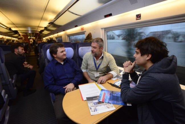 Softwareentwickler Paul Stöcker (rechts) und Personalmitarbeiter Ulrich Beier (Mitte) vom Software-Entwickler Intenta im Gespräch mit dem ehemaligen Geithainer Stefan Gelbrich.