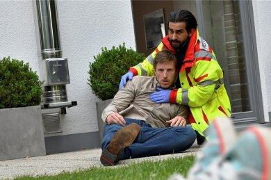 Keine Rettung: Tarik Wasir (Zejhun Demirov, r.) hält Jens Schlüter (Golo Euler) zurück, dessen Tochter bei einem Notfalleinsatz stirbt.