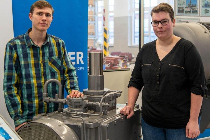 Werkstoffprüfer Tim Hübner und Verfahrensmechanikerin Carolin Günther vom Flender Getriebewerk in Penig sind sachsenweit die Besten in ihrer Berufsgruppe. Für den erfolgreiche Abschluss ihrer Ausbildung wurden sie von der Industrie- und Handelskammer und vom Betriebsrat geehrt.