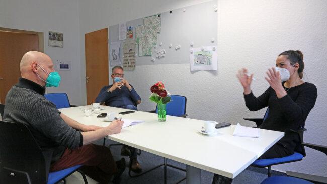 """Im Streitgespräch saßen sich Maxi Himmler (rechts) und Dirk Dießel (Mitte) gegenüber. Links """"Freie Presse""""-Redakteur Erik Kiwitter."""