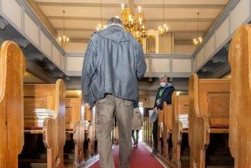 Erster Bewährungstest für den neuen Kirchenteppich beim Gottesdienst am Wochenende.