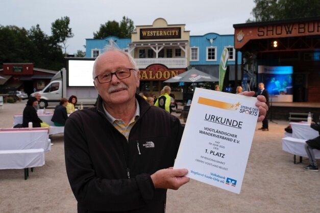 """Der Vogtländische Wanderverband gewann im Oberen Vogtland mit seinem Projekt """"Wandern mit Anstand und Abstand"""". Den Preis nahm Präsidiumsmitglied Hartmut Büttner entgegen."""