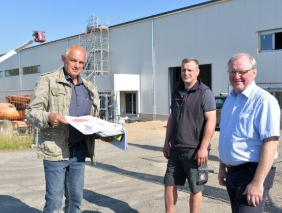 Baubesprechung an der neu entstehenden Halle bei LTZ: Lutz Reckwardt, Inhaber der gleichnamigen Metallbaufirma, LTZ-Werkstattleiter Jens Finger und LTZ-Geschäftsführer René Franke (von links).