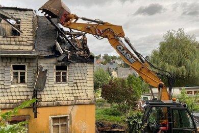Am Mittwochabend begann ein Bagger, den verkohlten Dachstuhl abzubrechen - um etwaige letzte Glutnester zu vernichten und das Gebäude vor dem Einsturz zu bewahren.