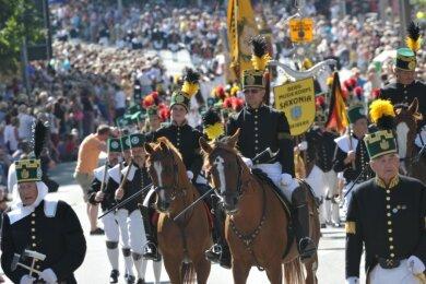 Die Stadt Freiberg war bereits zweimal Ausrichter des Tages der Sachsen: 1992 und 2012. Die Mitglieder des Bergmusikkorps Saxonia marschierten 2012 beim Festumzug zum Tag der Sachsen mit. 4000 Teilnehmer zählte der Umzug.