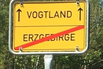 Das Objekt der Begierde: Dieses Schild markierte die Grenze zwischen Vogtland und Erzgebirge. Es wurde gestohlen.