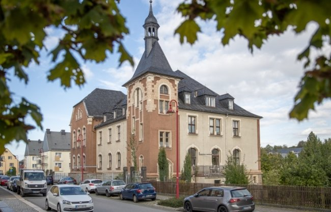 In dem prägnanten Haus auf der Schillerstraße gegenüber der Schule sollen künftig Kinder unterrichtet werden. Um eine leichtere Verbindung der beiden Standorte zu schaffen und damit die Idee eines Schulcampus umzusetzen, ist ein verkehrsberuhigter Bereich oder auch ein Zebrastreifen in der Diskussion.
