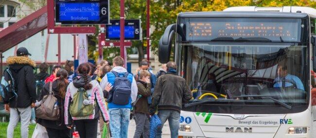 Beim öffentlichen Personennahverkehr sehen viele Familien im Erzgebirge noch Reserven - in Aue genauso wie in den anderen drei Altkreisstädten Annaberg, Marienberg und Stollberg.