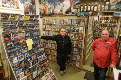 Ladeninhaber Bernd Frömmig (rechts) und Mitarbeiter Marcus Rahts bieten mehr als nur Filme in ihrer Lichtensteiner Videothek.