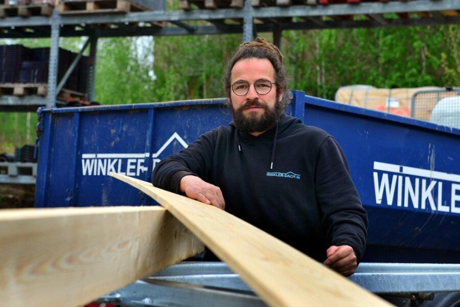"""Dachdecker Andreas Winkler aus Hainichen kann ohne Holz nicht arbeiten. Noch hat er Material, die Preise dafür haben sich aber schon mehr als verdoppelt. """"Es ist auch nicht abzusehen, wie sich der Preis noch entwickelt"""", so Winkler. Bei den Dachdeckern macht das Holz gut 20 Prozent vom eingesetzten Material aus, beispielsweise für Dachlatten oder Schalung."""