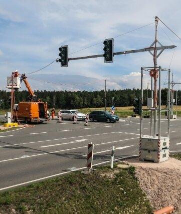An der Kreuzung auf der Weißbacher Kuppe bei Schneeberg steht nundiese neue Ampel. Sie wurdezunächst nur provisorisch aufgestellt, um sie ein Jahr lang testen zu können.