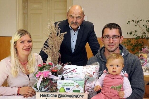 In Remse haben sich Franziska Gawlick und Michael Dietrich gemeinsam mit Tochter Emilia (Foto vorn von links) das Babypaket bei Bürgermeister Joachim Schuricht abgeholt.